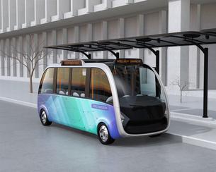 ソーラーパネルが備えているバス停に停車中の自動運転シャトルバス。省エネ交通機関のコンセプトの写真素材 [FYI04646951]