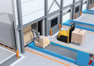 梱包した貨物を運ぶ自動運転フォークリフト車と、トラックの荷台から貨物をを降ろすロボットのイメージの写真素材 [FYI04646954]