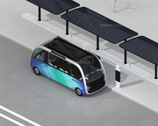 ソーラーパネルが備えているバス停に停車中の自動運転シャトルバスのアイソメイメージの写真素材 [FYI04646958]