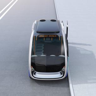 自動運転バスの正面イメージ。共通プラットフォームで多車種展開可能なコンセプトの写真素材 [FYI04646959]