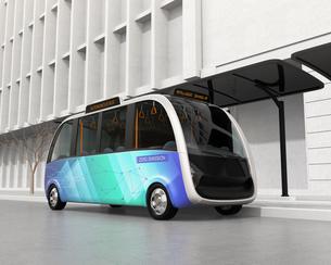 ソーラーパネルが備えているバス停に停車中の自動運転シャトルバス。省エネ交通機関のコンセプトの写真素材 [FYI04646961]