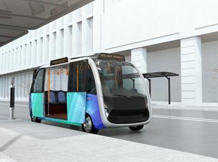 ソーラーパネルが備えているバス停に停車中の自動運転シャトルバス。省エネ交通機関のコンセプトの写真素材 [FYI04646964]