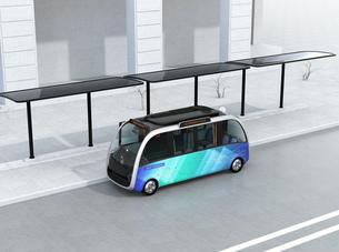 ソーラーパネルが備えているバス停に停車中の自動運転シャトルバス。省エネ交通機関のコンセプトの写真素材 [FYI04646969]