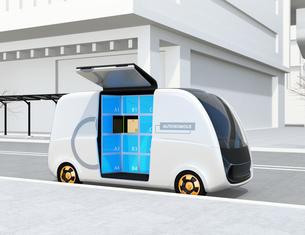 路側帯に停車されているロボット配送車のイメージ。ラストワンマイルコンセプトの写真素材 [FYI04646974]
