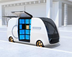 路側帯に停車されているロボット配送車のイメージ。ラストワンマイルコンセプトの写真素材 [FYI04646978]