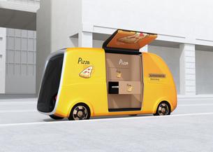 ピザ宅配無人運転ロボットカーのコンセプトイメージの写真素材 [FYI04646989]