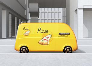 ピザ宅配無人運転ロボットカーのコンセプトイメージの写真素材 [FYI04646990]