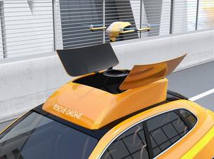 高速道路の交通事故を調査するために駆け付けたレスキューSUVから飛び立つドローンの写真素材 [FYI04647036]