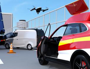 高速道路の交通事故を調査するために駆け付けたレスキューSUVから飛び立つドローンの写真素材 [FYI04647037]
