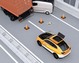 高速道路の交通事故を調査するために駆け付けたレスキューSUVから飛び立つドローンの写真素材 [FYI04647039]