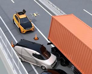 高速道路の交通事故を調査するために駆け付けたレスキューSUVから飛び立つドローンの写真素材 [FYI04647041]