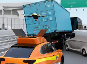 高速道路の交通事故を調査するために駆け付けたレスキューSUVから飛び立つドローンの写真素材 [FYI04647042]