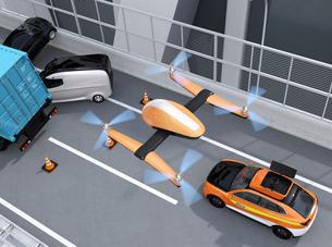 高速道路の交通事故を調査するために駆け付けたレスキューSUVから飛び立つドローンの写真素材 [FYI04647049]