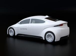 黒バックにカーシェアリング用白色電気自動車の後ろイメージの写真素材 [FYI04647053]