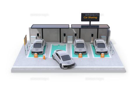 白バックにカーシェアリング専用駐車場に充電している電気自動車のアイソメイメージの写真素材 [FYI04647078]