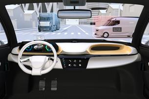 自動運転車のフロントガラスに投影される運転情報のイメージ。運転補助システムのコンセプトの写真素材 [FYI04647081]