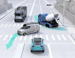 車間通信で交差点に行き来する車両の位置、速度情報を共有し、事故回避。コネクテッドカーコンセプトの写真素材 [FYI04647084]