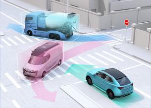 車間通信で交差点に行き来する車両の位置、速度情報を共有し、事故回避。コネクテッドカーコンセプトの写真素材 [FYI04647086]