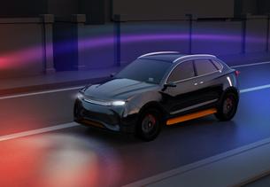 夜間道路に走行している黒色電動SUVのイメージの写真素材 [FYI04647089]
