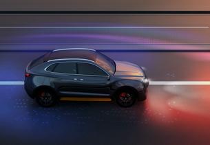 夜間道路に走行している黒色電動SUVの側面イメージの写真素材 [FYI04647090]