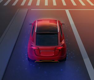 夜間道路に走行している赤色電動SUVのイメージの写真素材 [FYI04647093]