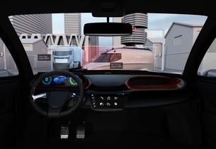 自動運転車のフロントガラスに投影される運転情報のイメージ。運転補助システムのコンセプトの写真素材 [FYI04647100]