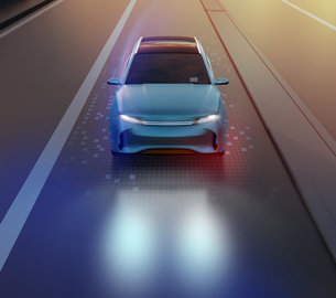 夜間道路に走行している電動SUVの正面イメージの写真素材 [FYI04647103]