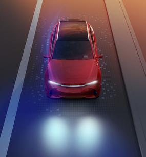 夜間道路に走行している赤色電動SUVのイメージの写真素材 [FYI04647108]