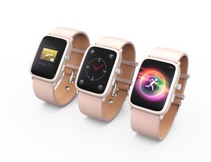 異なる画面を表示しているピンク色のスマートウォッチの写真素材 [FYI04647112]