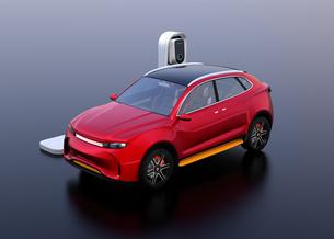急速充電ステーションに充電している電動SUVのイメージの写真素材 [FYI04647130]