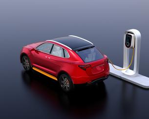 急速充電ステーションに充電している電動SUVのイメージの写真素材 [FYI04647133]