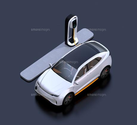 急速充電ステーションに充電している電動SUVのアイソメイメージの写真素材 [FYI04647134]