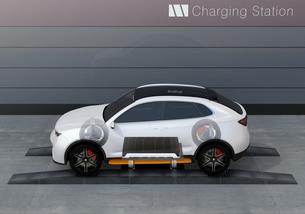 バッテリー交換ステーションにバッテリーを交換している電動SUVの側面イメージの写真素材 [FYI04647135]
