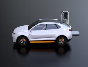 急速充電ステーションに充電している電動SUVの側面イメージの写真素材 [FYI04647136]