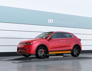 バッテリー交換ステーションに新しいバッテリーを装着している電動SUVのイメージの写真素材 [FYI04647139]