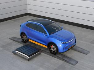 バッテリー交換ステーションにバッテリーを交換している電動SUVのイメージの写真素材 [FYI04647140]
