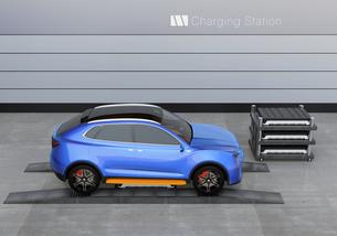 バッテリー交換ステーションにバッテリーを交換している電動SUVの側面イメージの写真素材 [FYI04647145]