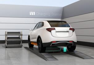 バッテリー交換ステーションにバッテリーを交換している電動SUVの後部イメージの写真素材 [FYI04647146]