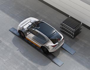 バッテリー交換ステーションにバッテリーを交換している電動SUVの構造イメージの写真素材 [FYI04647147]