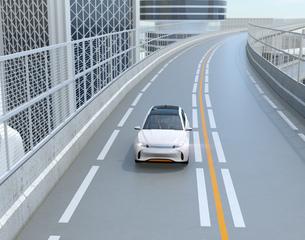 高速道路に走行している白色の自動運転電動SUVのイメージの写真素材 [FYI04647152]