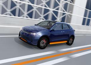 高速道路に走行しているメタリックブルーの自動運転電動SUVの写真素材 [FYI04647156]