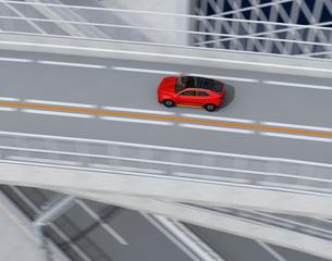 高速道路に走行している赤色の自動運転電動SUVの鳥瞰イメージの写真素材 [FYI04647158]