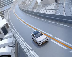 高速道路に走行している白色の自動運転電動SUVのイメージの写真素材 [FYI04647159]