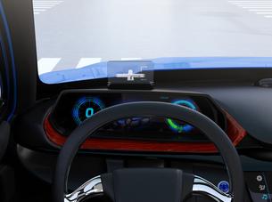 ヘッドアップディスプレイがある電動SUVのダッシュボードのイメージの写真素材 [FYI04647162]