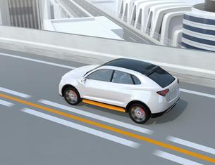 高速道路に走行している白色の自動運転電動SUVの写真素材 [FYI04647164]