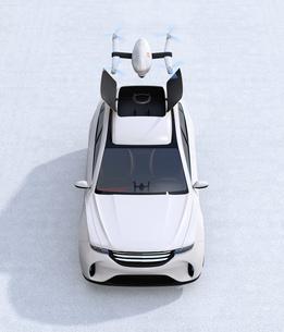 SUVのルーフから飛び立つドローンの正面イメージの写真素材 [FYI04647165]