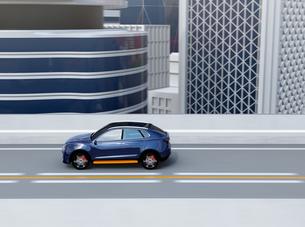高速道路に走行しているメタリックブルーの自動運転電動SUVの写真素材 [FYI04647173]