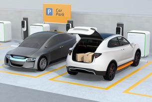 駐車中の白色SUVのトランクが開けられ、車内配達サービスの準備を行う。ラストワンマイルコンセプトの写真素材 [FYI04647180]