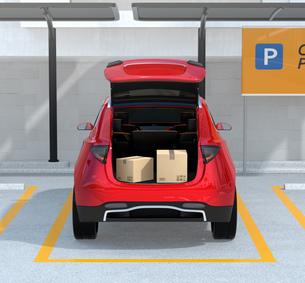 駐車中のSUVのトランクが開けられ、車内配達サービスの準備を行う。ラストワンマイルコンセプトの写真素材 [FYI04647192]