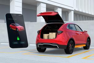 スマホの専用アプリで車のトランクを開け、車内配達サービスを行う。ラストワンマイルのコンセプトの写真素材 [FYI04647194]
